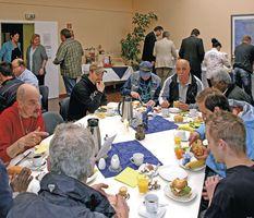 Besucher beim Frühstück