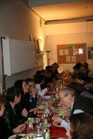 Menschen beim Essen an einer langen Tafel
