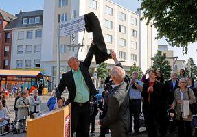 """Johannes Eschweiler bereitet die Enthüllung des neuen Straßenschilds mit der Aufschrift """"Edmund-Erlemann-Platz"""" vor"""