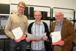Matthias Merbecks, Wilfried Reiners, Hermann-Josef Kronen zeigen den Geschäftsbericht