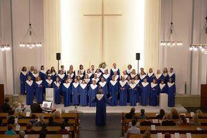 Gospelchor bei einem Auftritt in einer Kirche